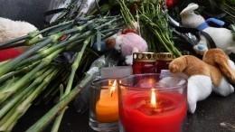 Годовщина трагедии в«Зимней вишне»: Люди несут цветы кмемориалу вКемерово