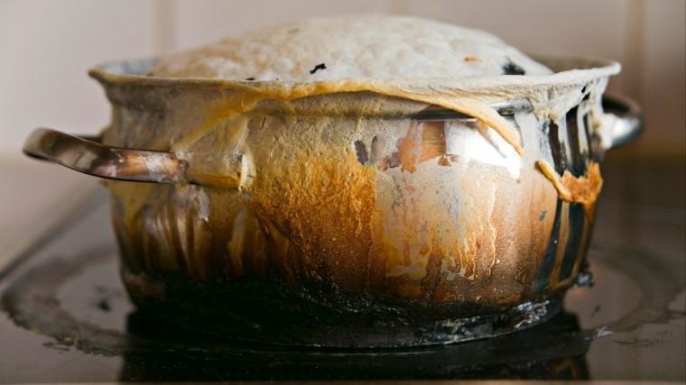 Лайфхак: Необычный иэффективный способ чистки пригоревшей посуды