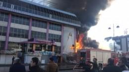 Пожарным удалось локализовать огонь водном издвух горящих ТЦвБаку— видео