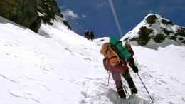 Россияне спасли альпинистов вгорах Непала— видео