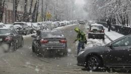 Видео: Зима несдается— сильнейшая метель блокировала несколько городов вРФ