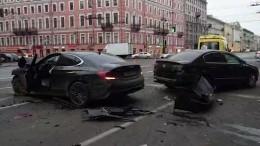 ДТП наНевском: водитель Genesis через встречку объехал стоящие накрасном авто