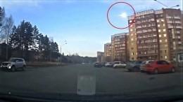 «Метеорит?»— ВКрасноярске обсуждают вспышку внебе— видео
