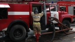 Видео: Пожарная машина забуксовала вгрязи перед горящим домом