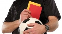 Видео: Футбольный судья сделал предложение коллеге прямо наполе