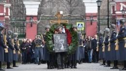 «Улыбка осталась»: Москва простилась срежиссером Георгием Данелией