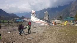 Самолет потерпел крушение вНепале, два человека погибли— видео