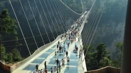 Мост над пропастью рассыпается под ногами туристов— фото