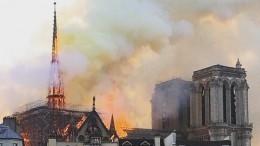 Момент обрушения шпиля башни Собора Парижской Богоматери попал навидео