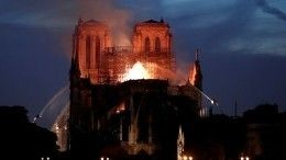 Верхняя часть здания Собора Парижской Богоматери полностью уничтожена огнем