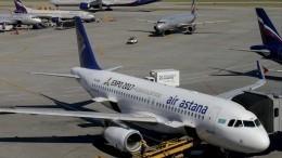 Под самолетом сразу после посадки провалился асфальт вКазахстане