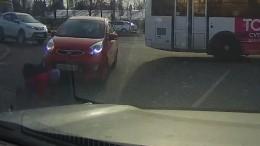 Видео: Автомобиль проехал подевочке вПетербурге