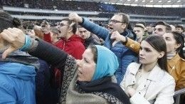 Появилось видео раздачи денег «сторонникам» Порошенко перед дебатами настадионе