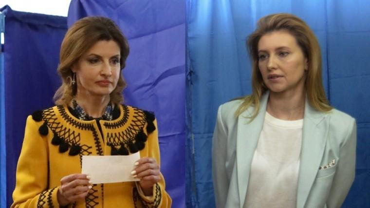 Женский выбор: Вкаких нарядах голосовали супруги Порошенко иЗеленского