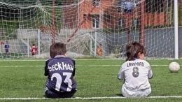 Видео: Юного спортсмена едва неубило футбольными воротами