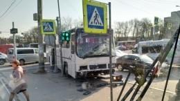 Автобус скитайскими туристами столкнулся смаршруткой вПетербурге