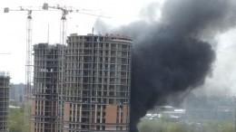 Клубы дыма: Горящие бытовки настройплощадке вызвали переполох насевере Петербурга