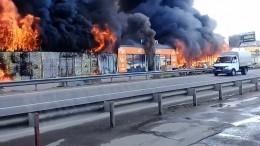 Кадры сместа разрушительного пожара нарынке вПятигорске
