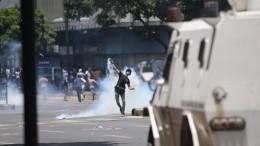 Появилось видео наезда бронемашины Нацгвардии Венесуэлы напротестующих