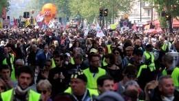 Видео: Ожесточенные столкновения «желтых жилетов» иполицейских воФранции