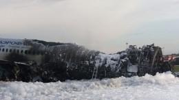 Вхвосте самолета Superjet-100, где произошел пожар, еще могут находится люди
