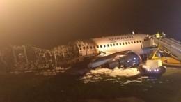 Видео: Первые минуты после посадки горящего Superjet-100 в«Шереметьево»