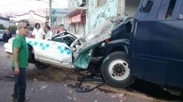 Автобус сполицейским оркестром врезался встоянку такси вМексике— видео