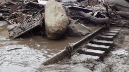 Страшное видео: Селевой поток унес машины искот вДагестане