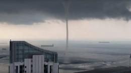Завораживающее видео: Очевидцы сняли гигантский водяной столб вцентре Сингапура