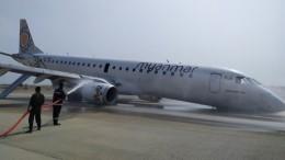 Источая искры: пассажирский самолет приземлился нанос без передних шасси