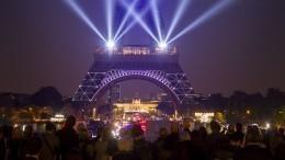 Зажигательным «канканом» отметила 130-летие Эйфелева башня вПариже
