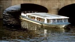 Прогулочный катер сель намель под Иоанновским мостом вПетербурге— видео