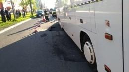 Дыра васфальте: Туристический автобус провалился впромоину вПетербурге