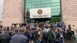 Массовые протесты: Сторонники Пашиняна заблокировали суды вАрмении— видео