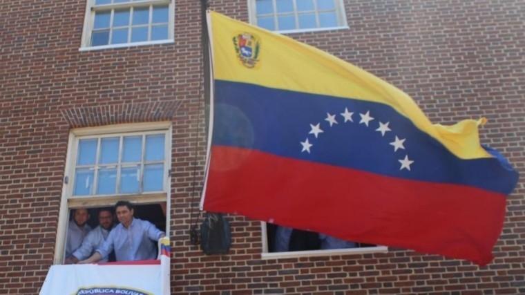 Видео: Сторонники Гуайдо захватили здание посольства Венесуэлы вСША