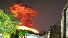 Мощное извержение огромного вулкана Агунг наБали попало навидео