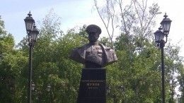 Видео: ВХарькове националисты свалили бюст маршалу Победы— Георгию Жукову