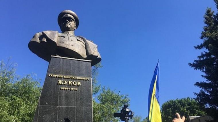 Мэр Харькова пообещал восстановить снесенный националистами бюст Георгию Жукову
