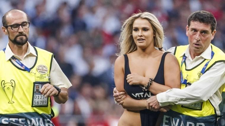 Полуголую фанатку, прервавшую финал Лиги чемпионов, никак ненаказали