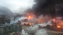 Крупный пожар произошел наскладе под Екатеринбургом— видео