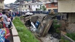 Видео: Самодельный мост счетырьмя машинами рухнул вДагестане