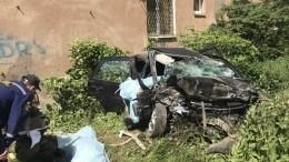 Видео сместа трагедии: Легковушка врезалась вжилой дом, погибли четыре человека