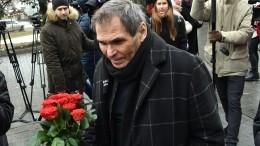 «Завязывай скротами»: Адвокат Петросяна показал фото срепетиции похорон Алибасова