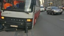Автобус чуть несбил пешеходов, выехав натротуар вПетербурге— видео