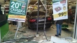 Автомобиль протаранил продуктовый супермаркет вПетербурге— видео