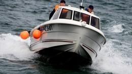 Видео: Сотрудники МЧС спасли семью, которую уносило ветром вОхотское море