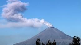 Гнев Попокатепетля: Мощное извержение вулкана вМексике попало навидео