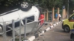 Автомобиль протаранил отдыхающих наостановке вСочи— фото