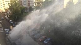 Видео: Фонтан горячей воды забил наюге Петербурга