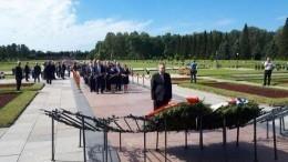 ВДень памяти искорби наПискаревском кладбище возложили цветы